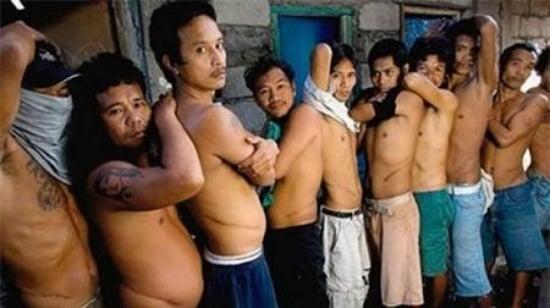 Các nạn nhân của đường dây buôn bán nội tạng người bất hợp pháp với những vết sẹo dài trên cơ thể.