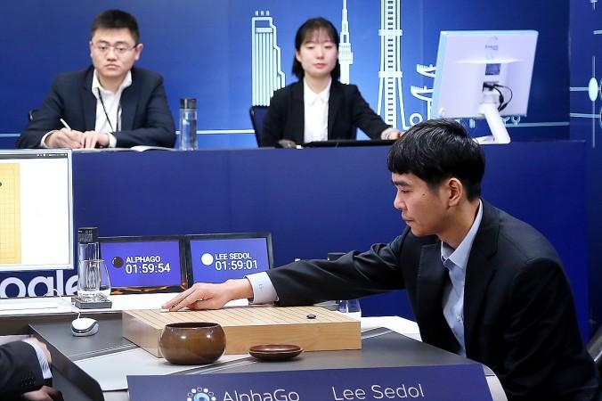 Kỳ thủ cờ vây Hàn Quốc Lee Se-Dol đấu cờ với chương trình trí tuệ nhân tạo của Google, AlphaGo, tại Google DeepMind Challenge Match tại Seoul, Hàn Quốc vào ngày 13/3. (Ảnh: Google via Getty Images)