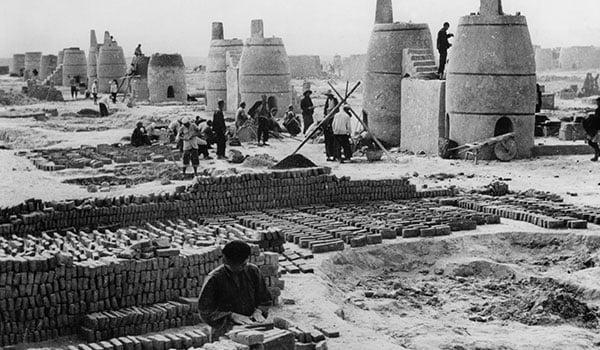 Nông dân bị buộc phải đi nấu gang thép trong Đại nhảy vọt (ảnh qua missedinhistory.com)