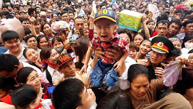 Hình ảnh chen lấn khủng khiếp trong lễ dâng hương bái Tổ tại đền Hùng tháng 4/2016. (Ảnh: Sưu tầm)