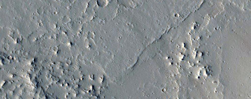 Olympica Fossae: Nham thạch chảy và tạo thành dòng gần Olympica Fossae, nơi núi lửa có thể từng hoạt động. (ảnh: NASA/JPL/ĐH Arizona)