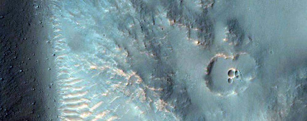 Herperia Planum: Hố ở Hesperia Planum, một đồng bằng nham thạch ở cao nguyên phía Nam sao Hoả. (ảnh: NASA/JPL/ĐH Arizona)