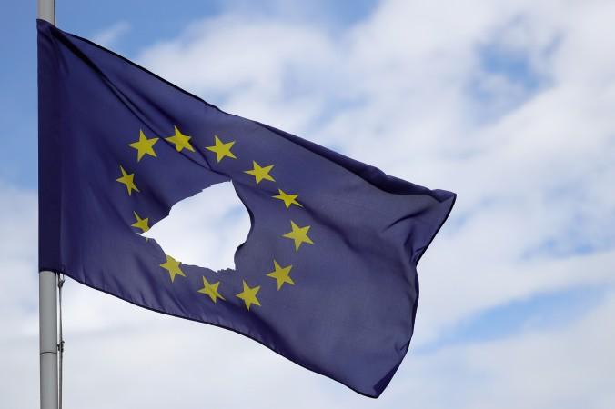 Một lá cờ của Liên minh châu Âu với lỗ thủng ở giữa, treo rủ bên ngoài một ngôi nhà ở Knutsford Cheshire sau cuộc trưng cầu dân ý lịch sử 23/6 diễn ra ở Knutsford, Anh, vào ngày 24/06/2016. (Ảnh: Christopher Furlong/Getty Images)