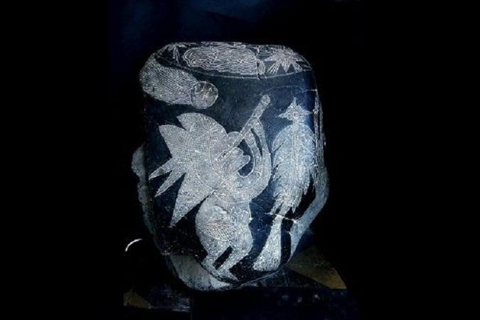 Quan sát sao chổi: Hòn đá Ica này khắc hoạ một người đội mũ đang quan sát một ngôi sao chổi bằng kính viễn vọng. (Ảnh: Eugenia Cabrera/Museo Cabrera)