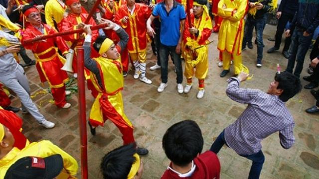 Cướp hoa tre dẫn đến xô xát ở đền Gióng, (Sóc Sơn, Hà Nội) năm 2014. (Ảnh: doisongphapluat.com)