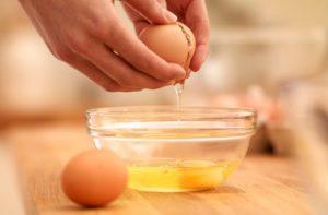 Chỉ riêng lòng trắng trứng cũng đủ nuôi gà con không lớn (Ảnh: Internet)
