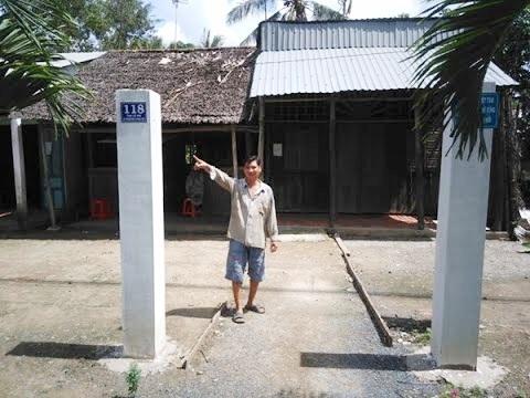 Các hộ dân tại xã Phương Phú, huyện Phụng Hiệp, tỉnh Hậu Giang bị 'ép' xây dựng trụ cổng bê tông trước cửa nhà để xã đạt chuẩn nông thôn mới. Hình ảnh vào tháng 6/2016. (Nguồn: VTC16)