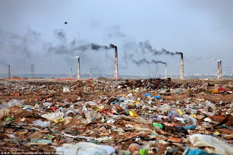 Một nhà máy đốt rác thải và quang cảnh khu vực xung quanh ở Bangladesh (ảnh: Foundation for Deep Ecology)