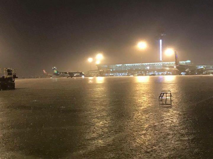 Hình ảnh ngập lụt được nhận định là từ khu vực bãi đỗ đến nhà chờ của sân bay Tây Sơn Nhất, chiều tối ngày 26/8. (Ảnh: FB Nam Nguyen)