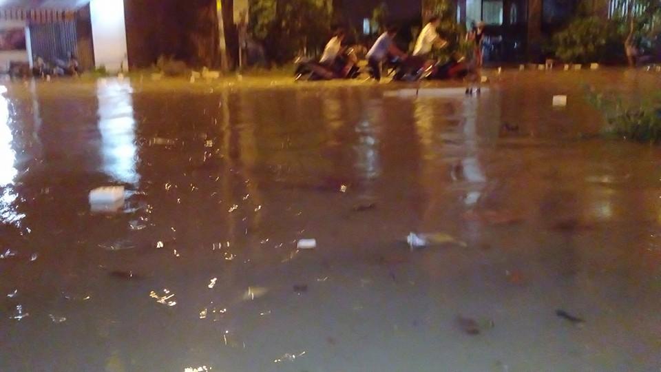 Nước ngập sâu khiến các chủ phương tiện phải xuống dắt bộ. (Ảnh: FB Sói Đêm)