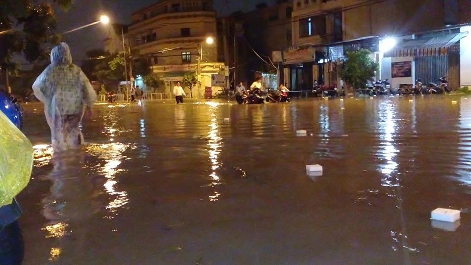 Ngập lênh láng tại KDC Vĩnh Lộc , phường Bình Hưng Hòa, quận Bình Tân. (Ảnh: FB Sói Đêm)