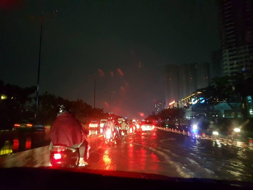Chỉ sau một cơn mưa lớn, nhiều tuyến đường của thành phố đã rơi vào tình trạng ngập lụt, gây tình trạng kẹt xe nghiêm trọng. (Ảnh: FB Trần Thái Hòa)