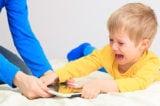 Cho trẻ dùng smartphone gây ra nhiều tác hại khôn lường. (Ảnh: shutterstock.com)