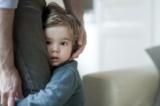 Nếu con bạn là đứa trẻ nhát gan, rụt rè, có phải bạn đã từng vô tình đùa cợt, mắng nhiếc con? (Ảnh: amanaimage)