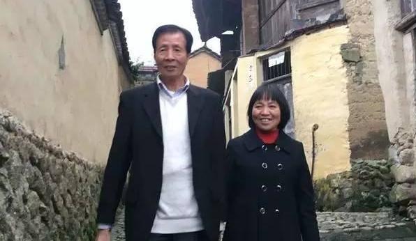 Tỷ phú Nashan và người phụ nữ nông dân Lijuan .(Ảnh: Kanzhongguo)