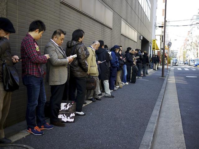 Việc kiên nhẫn và tự nguyện xếp hàng của bất kỳ người Nhật Bản nào gắn liền với ý thức về tính kỷ luật và tôn trọng cộng đồng. (Ảnh qua japan.info.vn)