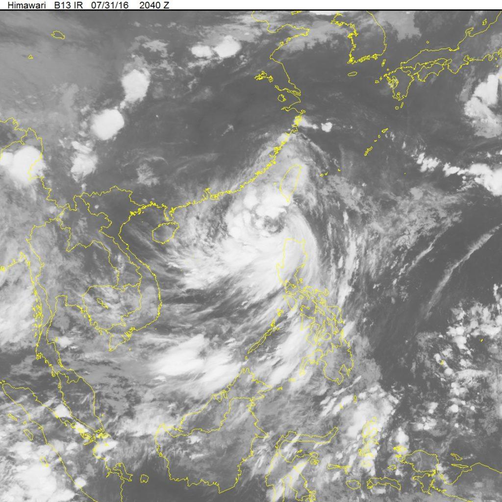 Ảnh mây vệ tinh cho thấy vị trí tâm bão tính đến sáng 1/8 đang nằm trên vùng biển phía Nam Hồng Kông-Ma Cao. (Nguồn: nchmf.gov.vn)