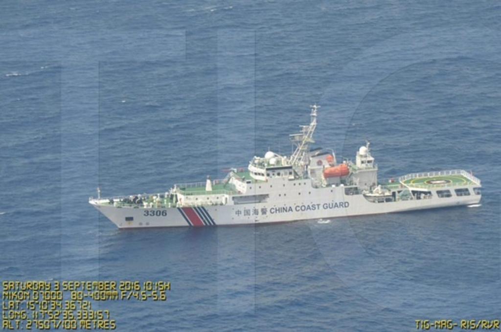 Ảnh công bố bởi Bộ Quốc phòng Philippines hôm 7/9/2016 cho thấy tàu hải giám Trung Quốc có mặt gần bãi cạn Scarborough