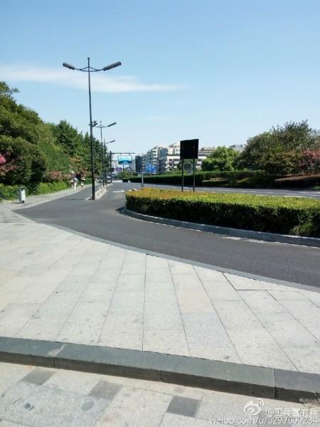 Thành phố bị quản chế đi lại, trên đường vắng vẻ.