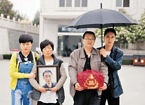 Gia đình và di ảnh sinh viên Ngụy Tắc Tây.