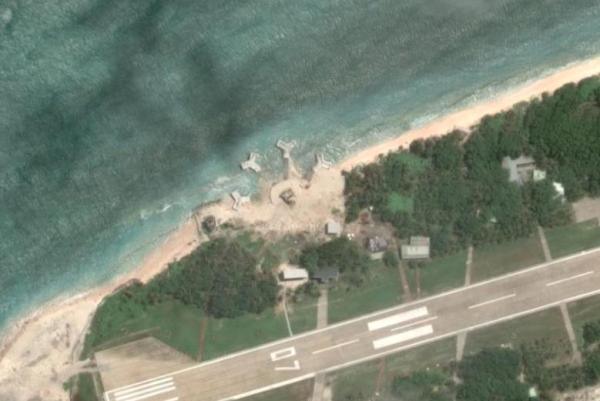 Ảnh chụp từ Google Maps cho thấy cơ sở hình tháp súng sát mép bờ biển đảo Ba Bình (Ảnh qua UPI)