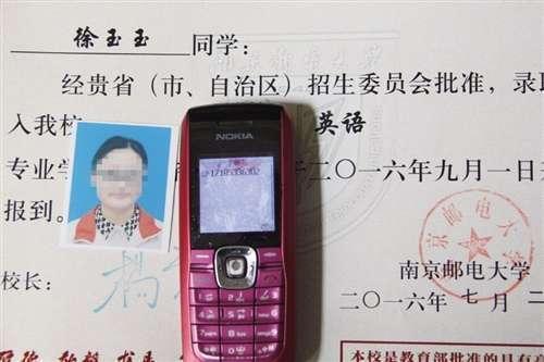 Thư thông báo nhập học và điện thoại của Từ Ngọc Ngọc (Ảnh: Sina)