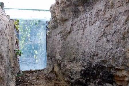 Tàng tự thạch nằm ở giữa hai vách đá. (Ảnh từ chương trình TV)