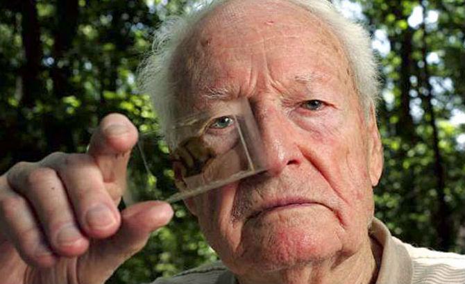 BS. Harvey với một mảnh não của Einstein (Ảnh: Creative Commons)