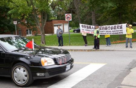Xe ông Lý Khắc Cường gặp người tu Pháp Luân Công hôm thứ 5 sau khi kết thúc chuyến thăm Tòa nhà Quốc hội Canada.