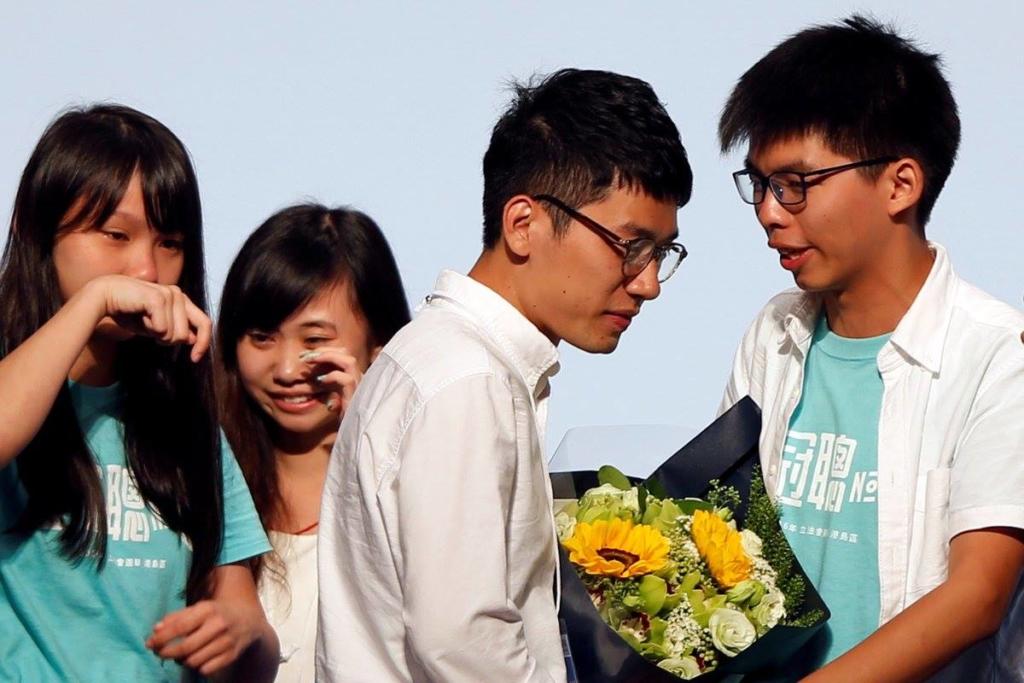 Nathan Law (ở giữa) cùng Hoàng Chi Phong và các chiến hữu trong Demosisto mừng chiến thắng