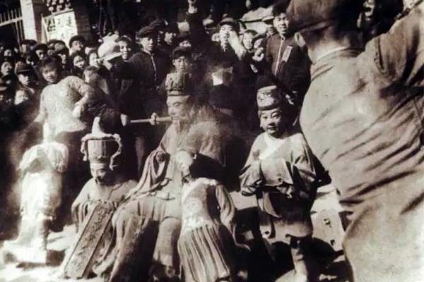 Hồng Vệ Binh đập tượng Chu Công ở Sơn Đông.