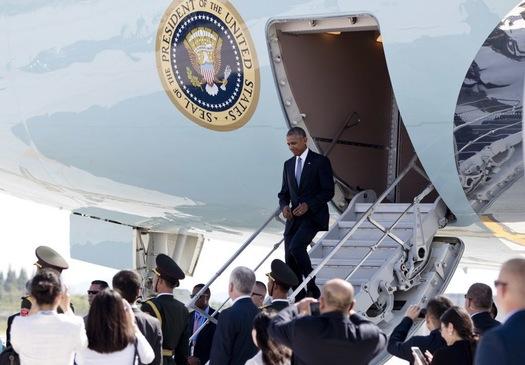 Trung Quốc không chuẩn bị thang rời riêng để đón ông Obama, thay vào đó, ông phải xuống máy bay bằng cửa ghép bên hông máy bay