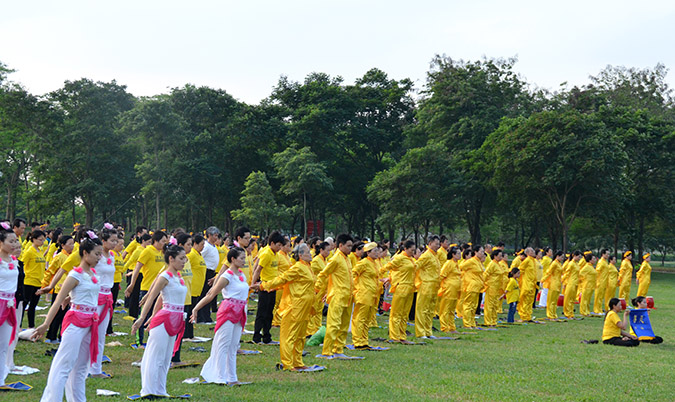 Người tu Pháp Luân Công luyện công tập thể tại Hà Nội.