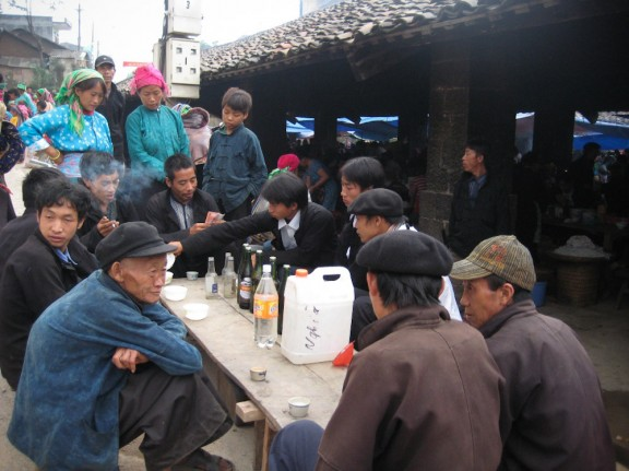 Tại vùng cao Tây Bắc, Việt Bắc, người dân thuộc các tộc thiểu số chiếm đa số, chủ yếu đang dùng rượu tự nấu từ ngô, thóc, mía, sắn… (Ảnh: baodatviet.vn)