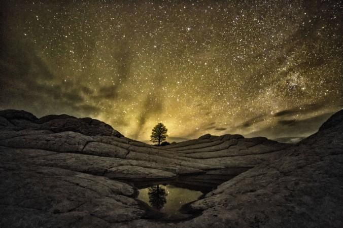 Bầu trời đêm trên vách núi đá Vermilion Cliffs National Monument ở bang Arizona, Mỹ. (Ảnh: Harun Mehmedinovic và Gavin Heffernan/SKYGLOW)