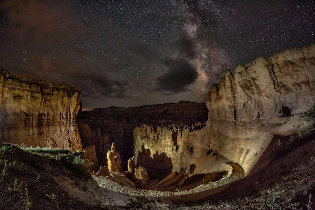 Bầu trời đêm trên Vườn Quốc gia Bryce Canyon ở bang Utah, Mỹ. (Ảnh: Harun Mehmedinovic và Gavin Heffernan/SKYGLOW)
