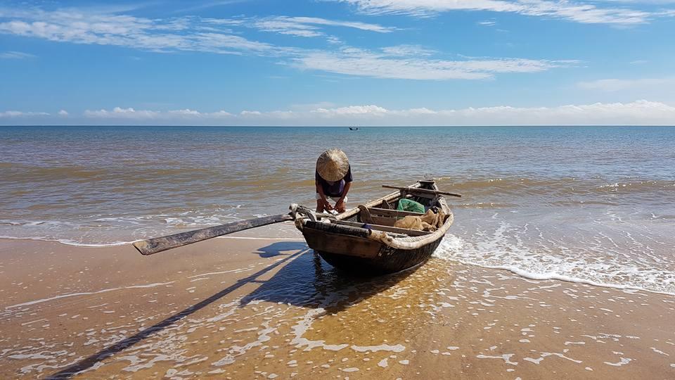 Sau 9 tháng đầu năm, khu vực nông, lâm nghiệp và thủy sản tăng trưởng chỉ 0,05%. Trong hình, một ngư dân tại xã Nhân Trạch, huyện Bố Trạch, tỉnh Quảng Bình, ngày 25/9/2016. (Ảnh minh họa/FB Cu Làng Cát)