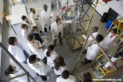 Giờ học theo nhóm trong phòng thí nghiệm tại một trường đại học Hà Lan.