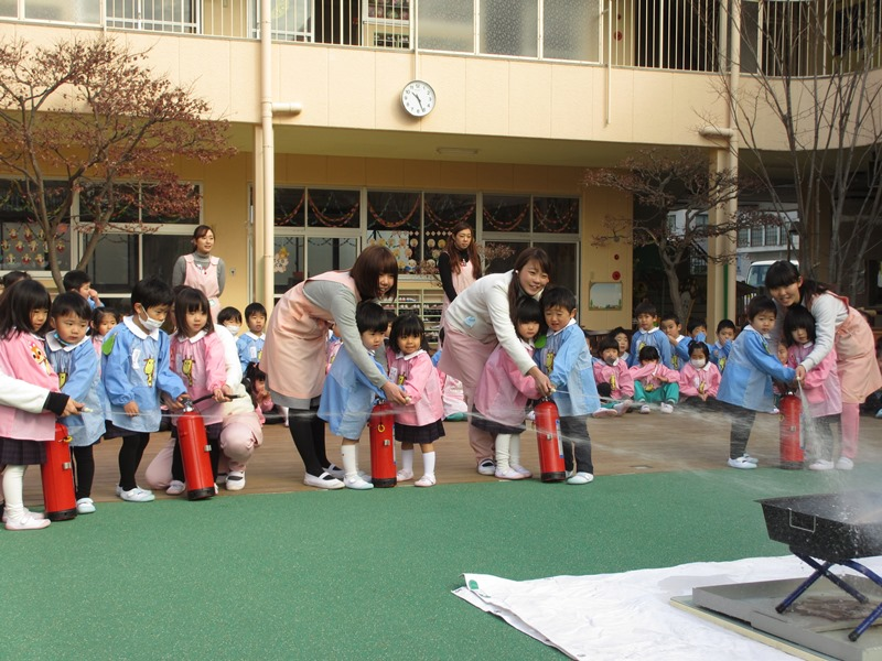 Trẻ em ở nhà trẻ Nhật Bản đang tham gia huấn luyện chữa cháy. giáo dục Nhật