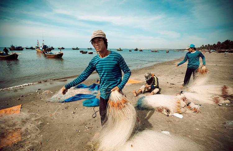 Trong 5 năm (2016-2020), Chính phủ dự kiến đầu tư 49.248 tỷ đồng vào chương trình phát triển thủy sản. Trong ảnh, ngư dân ở làng chài Mũi Né (Bình Thuận) đang thu lưới. (Ảnh minh họa/dẫn qua kay.vn)