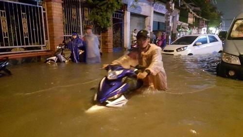 Nước ngập gần đến yên xe máy. (Ảnh: FB Sơn Tùng Apple)