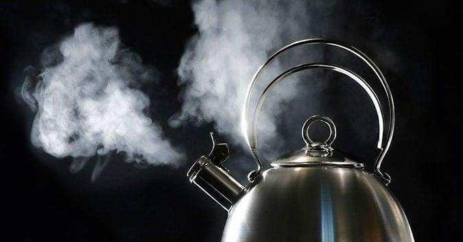 Một ly nước đun sôi để nguội pha với chút nước nóng cho vừa miệng uống (Ảnh: Internet)