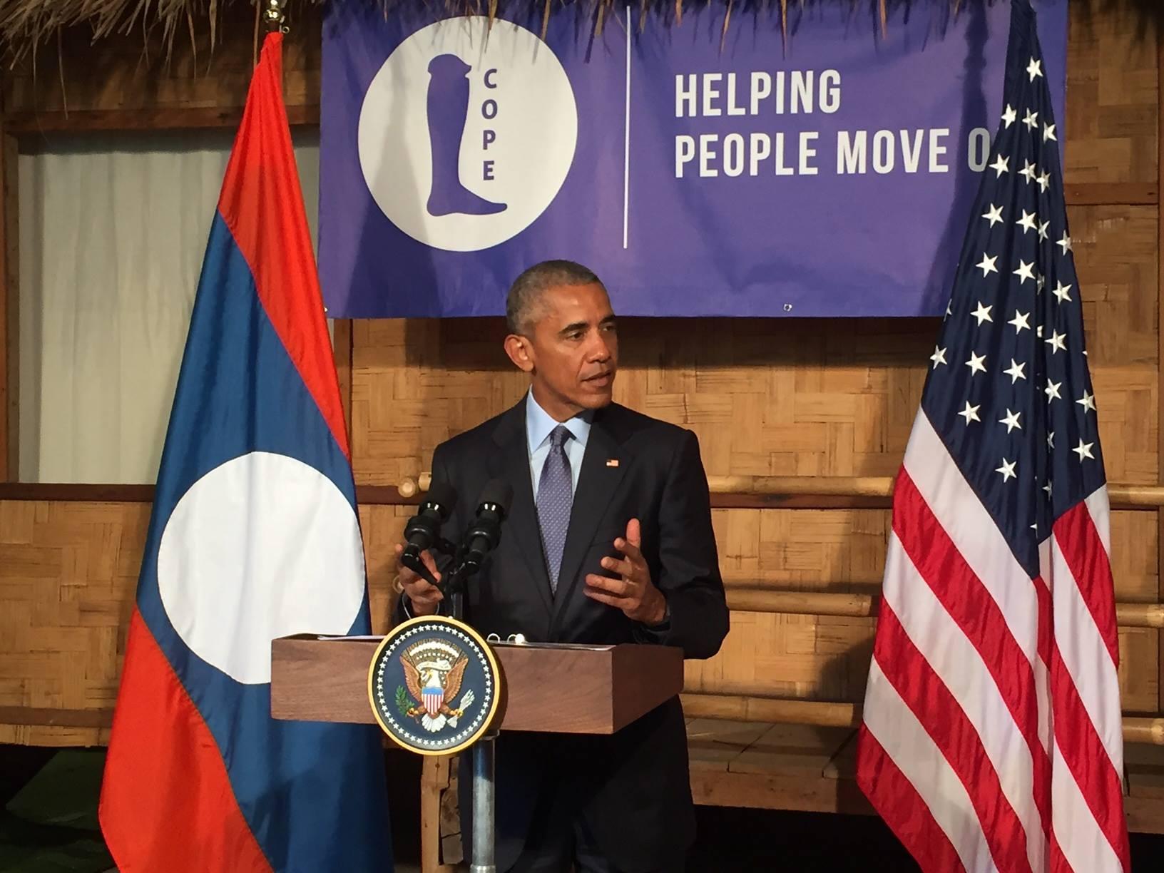 Ông Obama phát biểu tại cơ sở làm chi giả COPE trong chuyến thăm Viêng Chăn (ảnh: Đại sứ quán Hoa Kỳ ở Viêng Chăn)