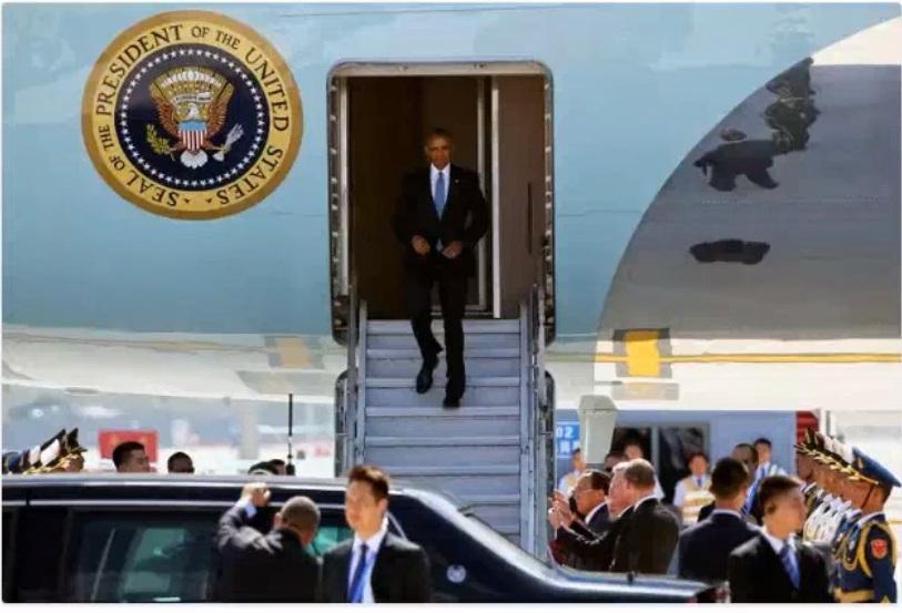 Tổng thống Obama bước xuống máy bay không có cầu thang thảm đỏ. Ông Obama tới Trung Quốc tham dự hội nghị thượng đỉnh G20 4/9/2016