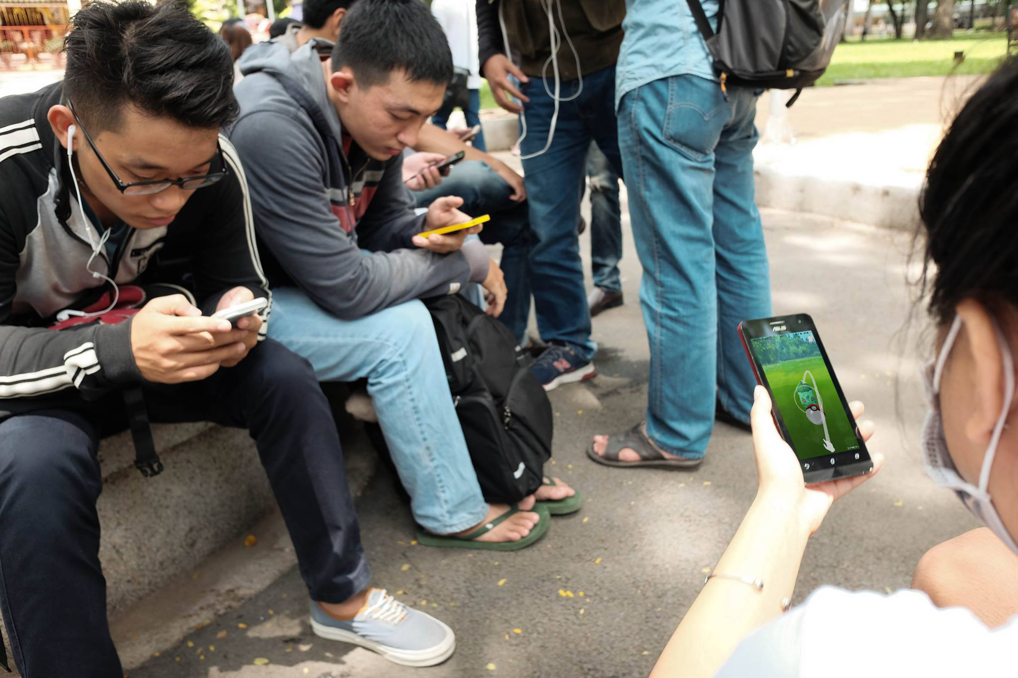 Các bạn trẻ đang say sưa bắt Pokemon trước cổng đền thờ các Vua Hùng tại công viên Tao Đàn, Sài Gòn. (Ảnh: Phạm Việt Minh Anh)