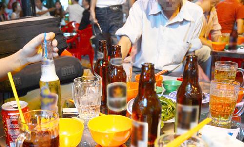 Năm 2015, tỷ lệ uống rượu bia ở mức nguy hại ở nam giới là trên 44%, tăng 19% so với năm 2010. (Ảnh minh họa/Sưu tầm)