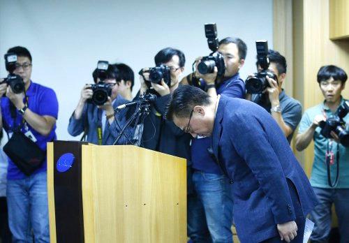 Chủ tịch phụ trách kinh doanh của tập đoàn Samsung, ông Koh Dong-Jin đã tổ chức họp báo ngày 2/9 để xin lỗi trước công chúng và thông báo ngửng bán, thu hồi Galaxy Note 7 (Ảnh: Getty Images)