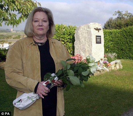 Ảnh: Susan cầm hoa hồng trước mộ của Rick