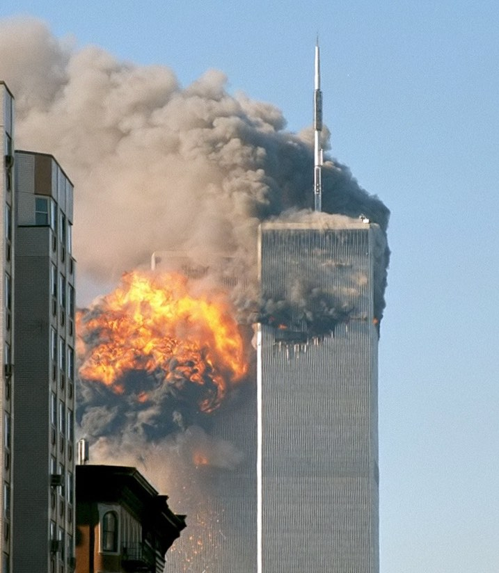 Tòa tháp phía nam của WTC sau khi bị máy bay đâm vào (Ảnh: Wiki)