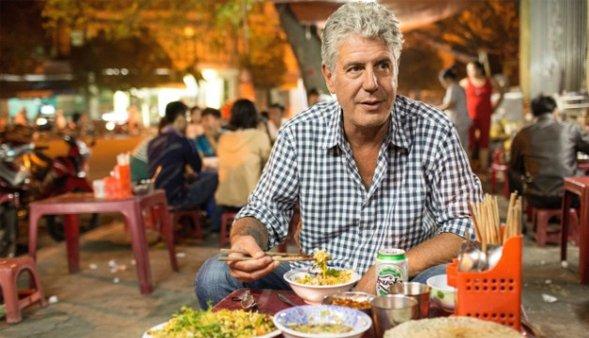 Ẩm thực gia người Mỹ Anthony Bourdain tại một quán ăn vỉa hè của Việt Nam. (Ảnh minh họa/qua remezcla.com)
